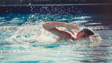 Niño entrenando en una piscina