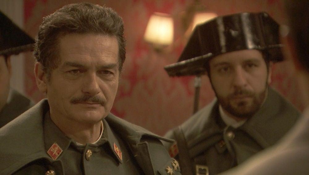 El capitán Huertas detiene a alguien en la casa de la Marquesa