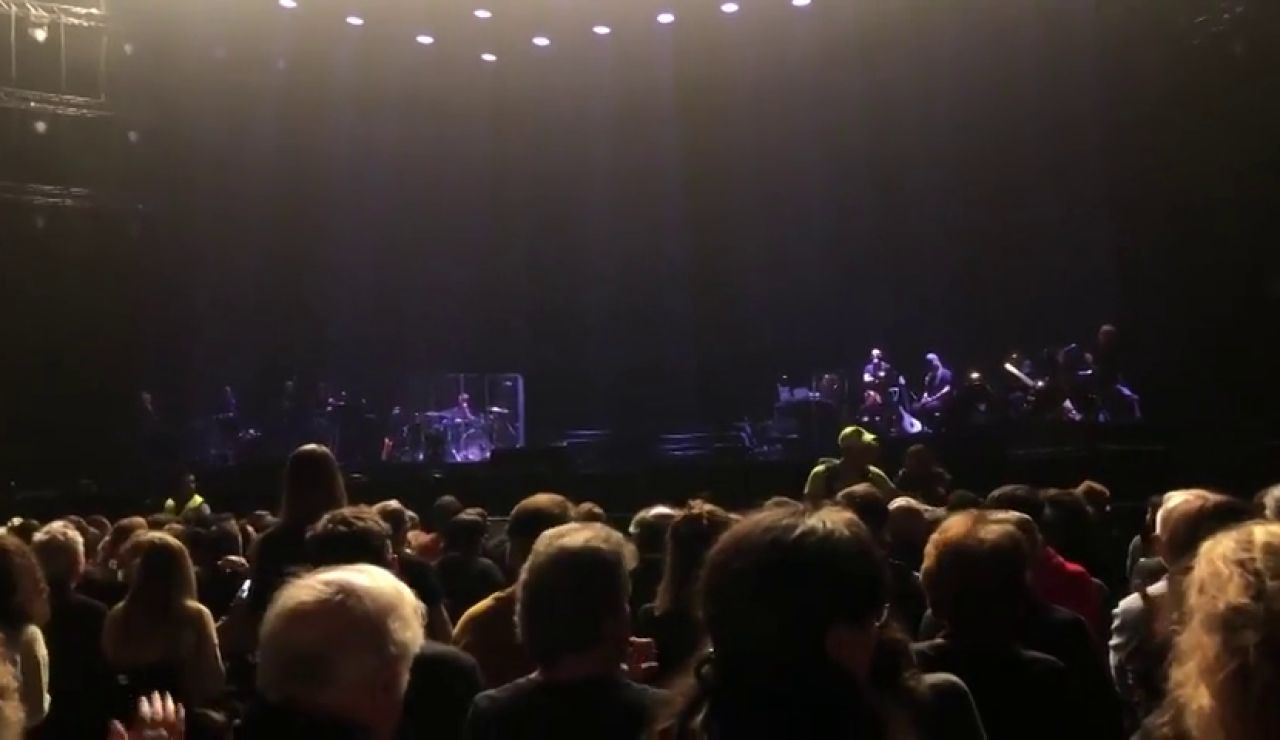 REEMPLAZO: Sabina cae del escenario durante su concierto en el Wizink Center de Madrid con Serrat