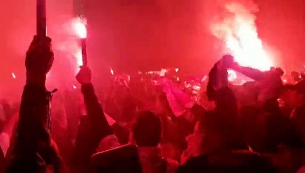 El espectacular recibimiento de la afición del Athletic al autobús del equipo antes de la semifinal de la Copa del Rey