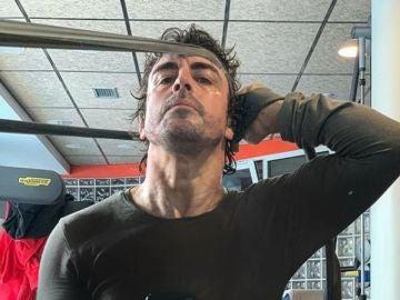 Fernando Alonso ejercitándose en el gimnasio
