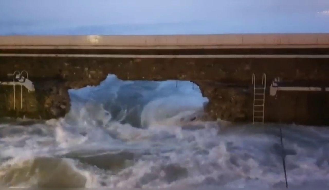 El fuerte oleaje en San Sebastián provoca un agujero de 12 metros en el espigón de Zarauz y derriba 55 metros de muro