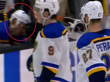 Momento en el que el jugador de los St. Louis Blues se desploma