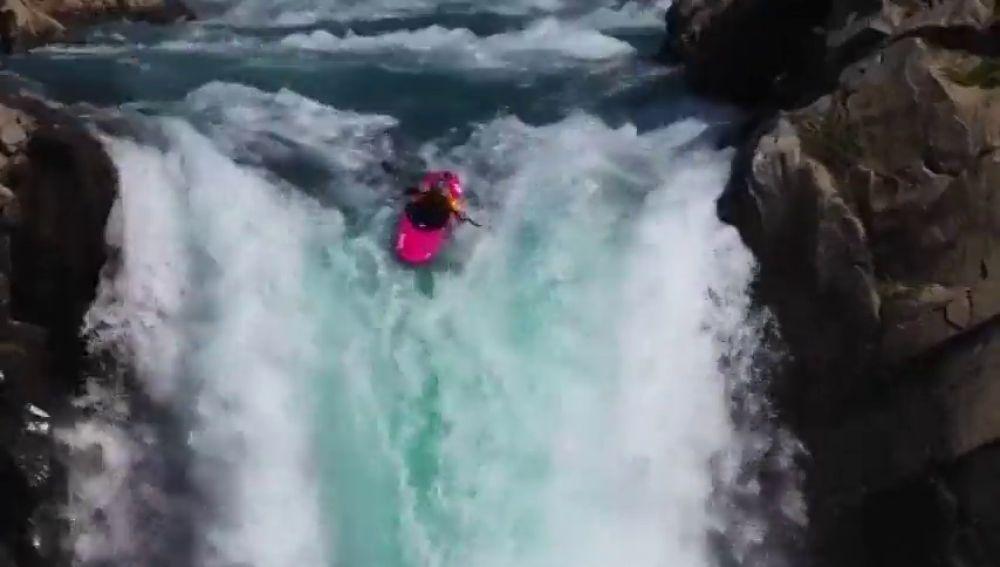 El kayakista Dane Jackson se juega la vida en un espeluznante descenso por una gran cascada en Chile