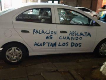 """Pinta el coche de su expareja tras bloquearle: """"Relación abierta es cuando aceptan dos"""""""