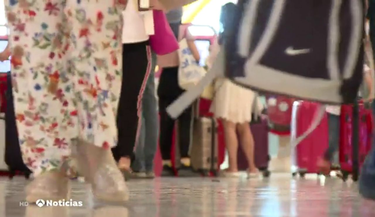 Siguen llegando pasajeros al aeropuerto de Madrid-Barajas sin ningún tipo de medida extraordinaria ante el coronavirus
