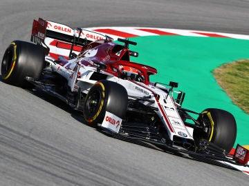 El polaco Robert Kubica durante los entrenamientos de pretemporada en el circuito de Barcelona
