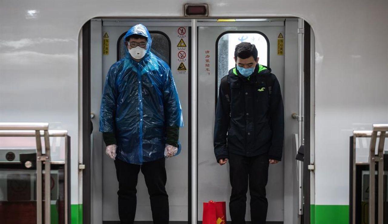 Dos varones en el metro de Shangai.