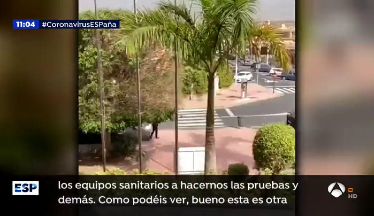 """Turistas del hotel bloqueado en Tenerife por coronavirus : """"Ellos tienen buenas mascarillas y a nosotros nos tienen con bolsas de té"""""""
