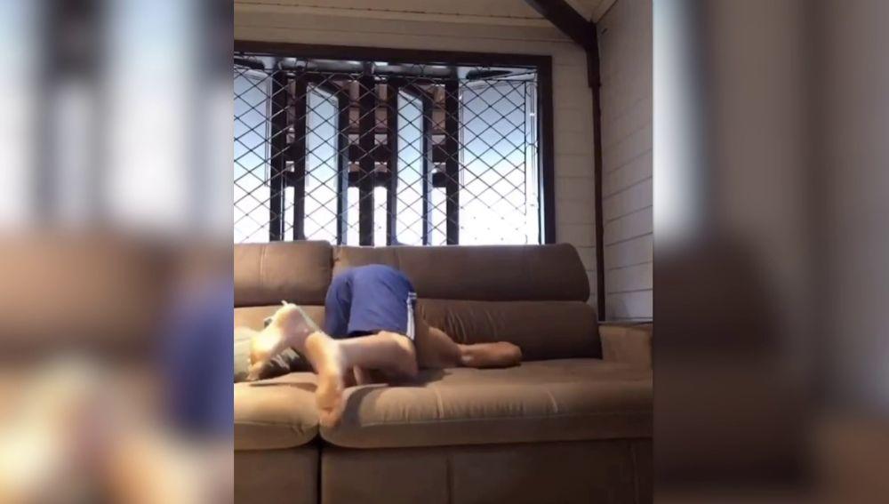 Escondite en un sofá