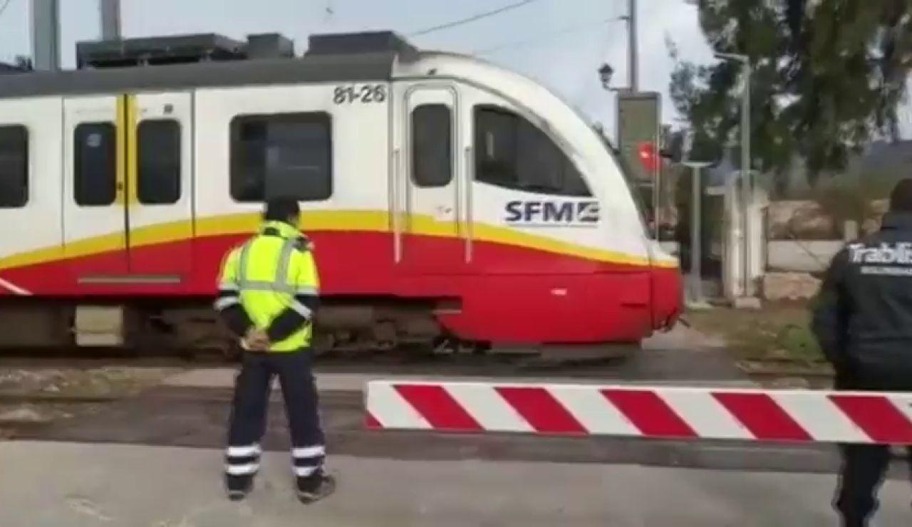 Un tren golpea a una niña que se había quedado atrapada con su bicicleta en las vías