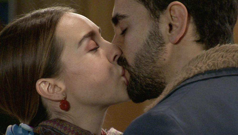 Luisita y Sebas se dejan llevar por la pasión ante la atónita mirada de Amelia