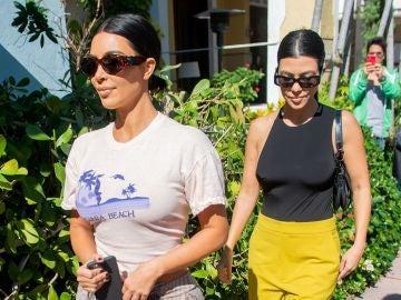 Kim Kardashian y su hermana Kourtney Kardashian