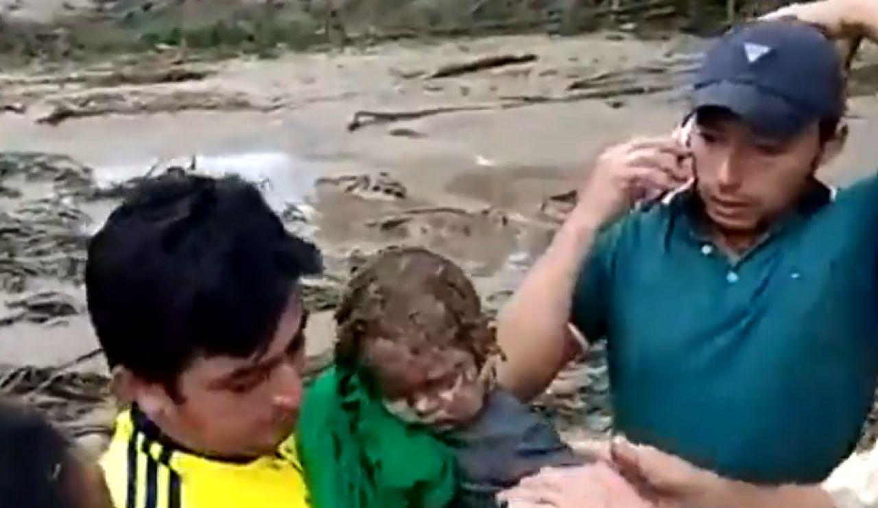 Rescate milagroso a un bebé tras una avalancha en Colombia