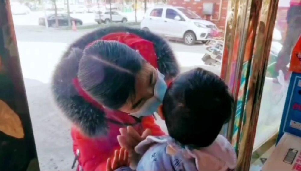 Chen Ruixue, una enfermera china que trabaja para contener el coronavirus, besando a su hijo