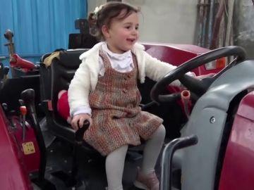 La niña que se reía de las bombas en Siria ya se encuentra en Turquía junto a su familia