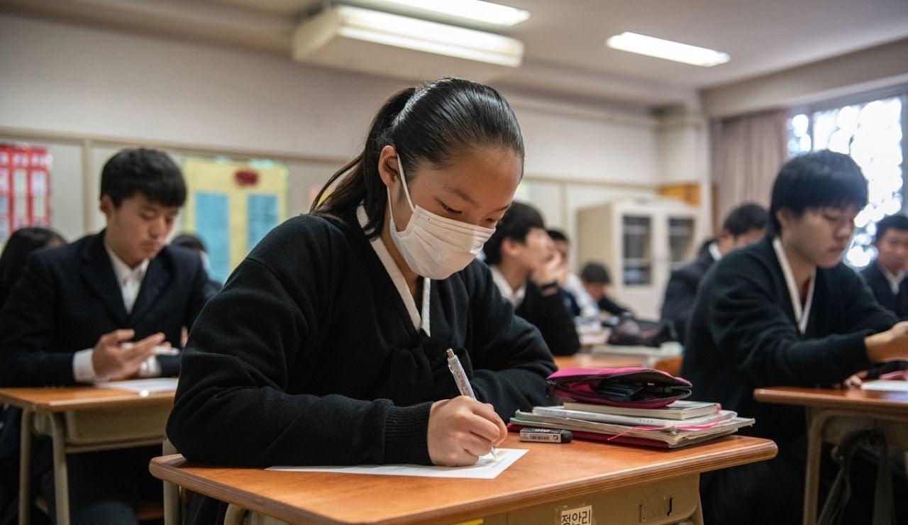 Una estudiante japonesa con mascarilla en el aula