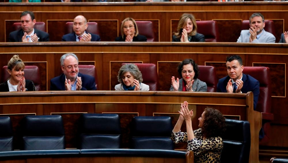 La bancada del PSOE aplaude a la ministra de Hacienda