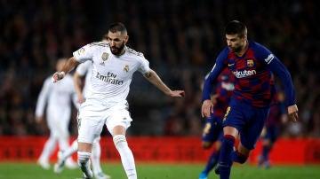 Karim Benzema y Gerard Piqué, en el Clásico de la primera vuelta en el Camp Nou