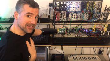 Un hombre hacke su brazo biónico para tocar sintetizadores con su pensamiento