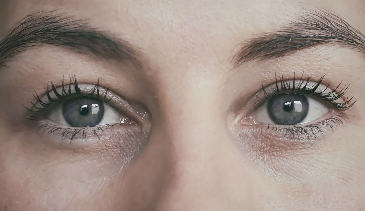 Una joven se queda ciega tras tatuarse los ojos