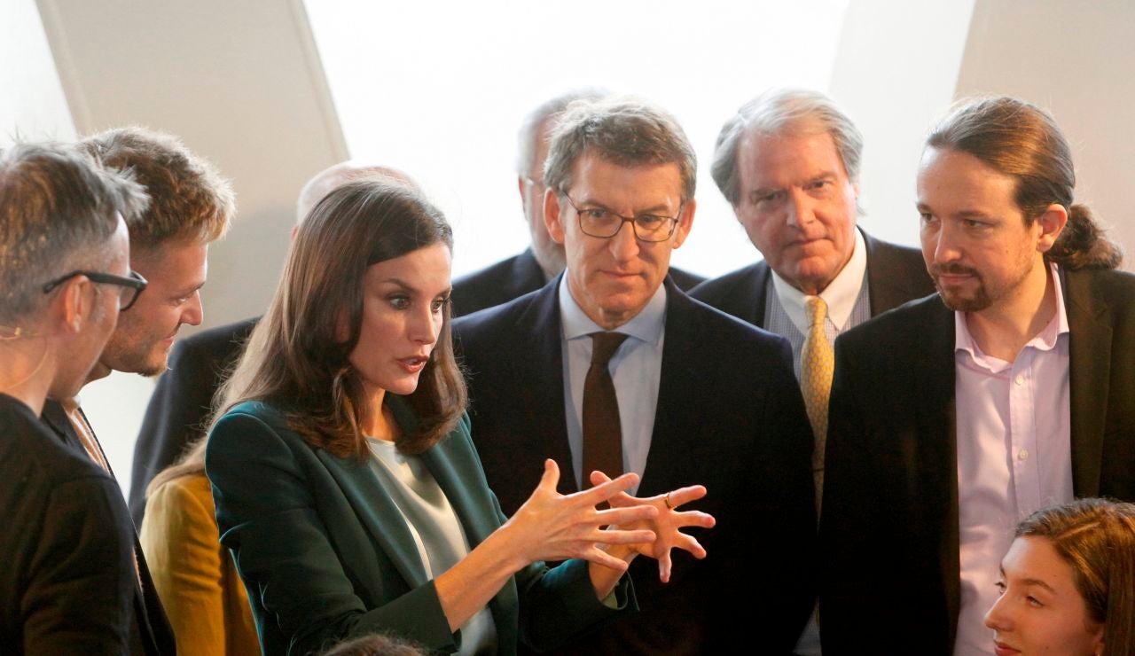 La reina Letizia acompañada de Alberto Núñez Feijóo y Pablo Iglesias