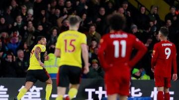 Troy Deeney celebra un gol ante Salah y Firmino