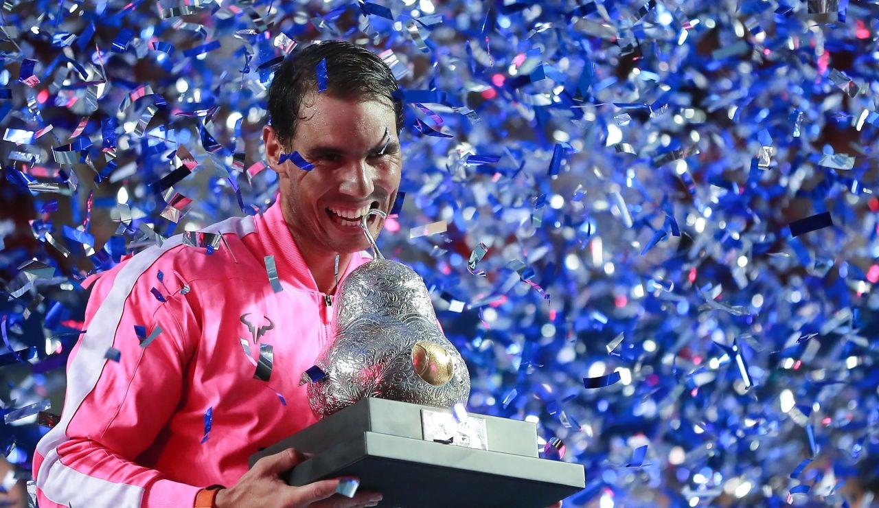 Rafa Nadal muerde el trofeo de Acapulco