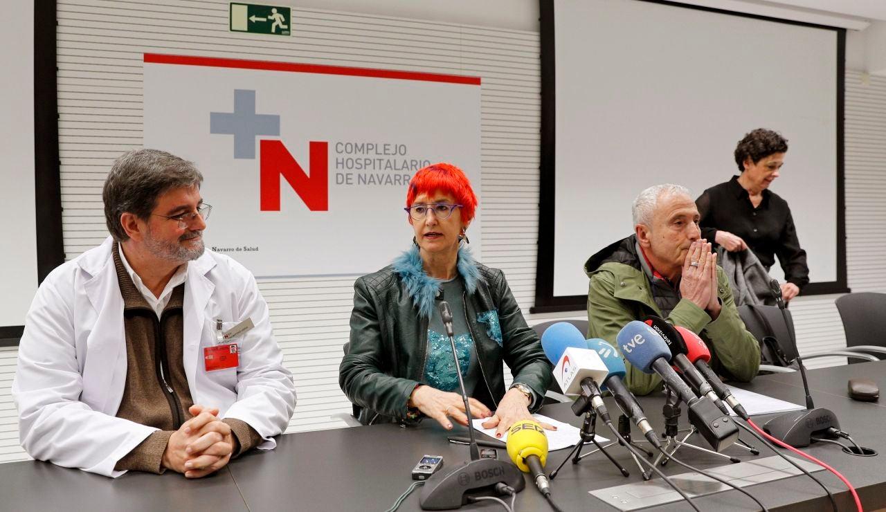 El gerente del Complejo Hospitalario de Navarra (CHN), Alfredo Martínez (i), y la consejera de Salud del Gobierno de Navarra, Santos Induráin (2i),