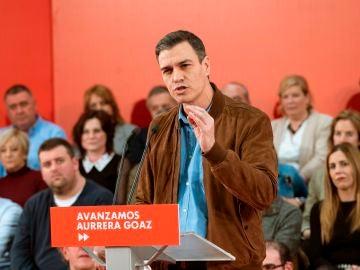 El presidente del Gobierno, Pedro Sánchez, participa en un acto de precampaña electoral celebrado este domingo en Vitoria