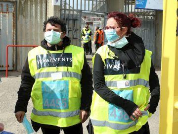 Varias personas con equipos de seguridad frente al coronavirus en Italia