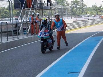 Un operario empuja a Marco Bezzecchi  en el GP de Tailandia de 2018