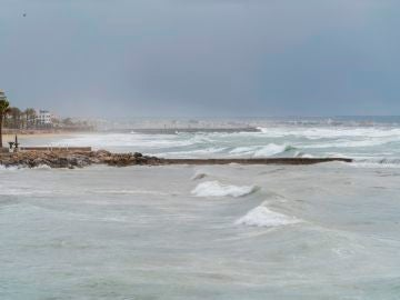 Vista del fuerte oleaje en Palma de Mallorca