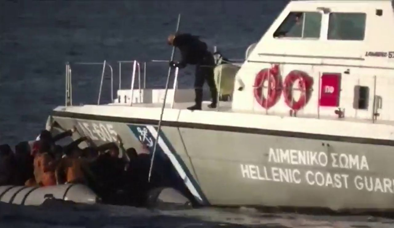 Las terribles imágenes de la Guardia Costera disparando al agua en las costas griegas