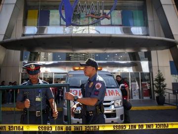 Un hombre armado se atrinchera en un centro comercial de Manila con 30 rehenes