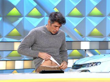 Jorge Fernández nos muestra su prenda favorita de vestir en 'La ruleta de la suerte'