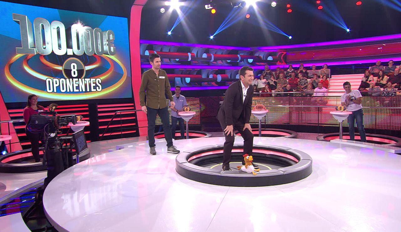 Arturo Valls se intercambia con el concursante y pide que le tiren por la trampilla en '¡Ahora caigo!'