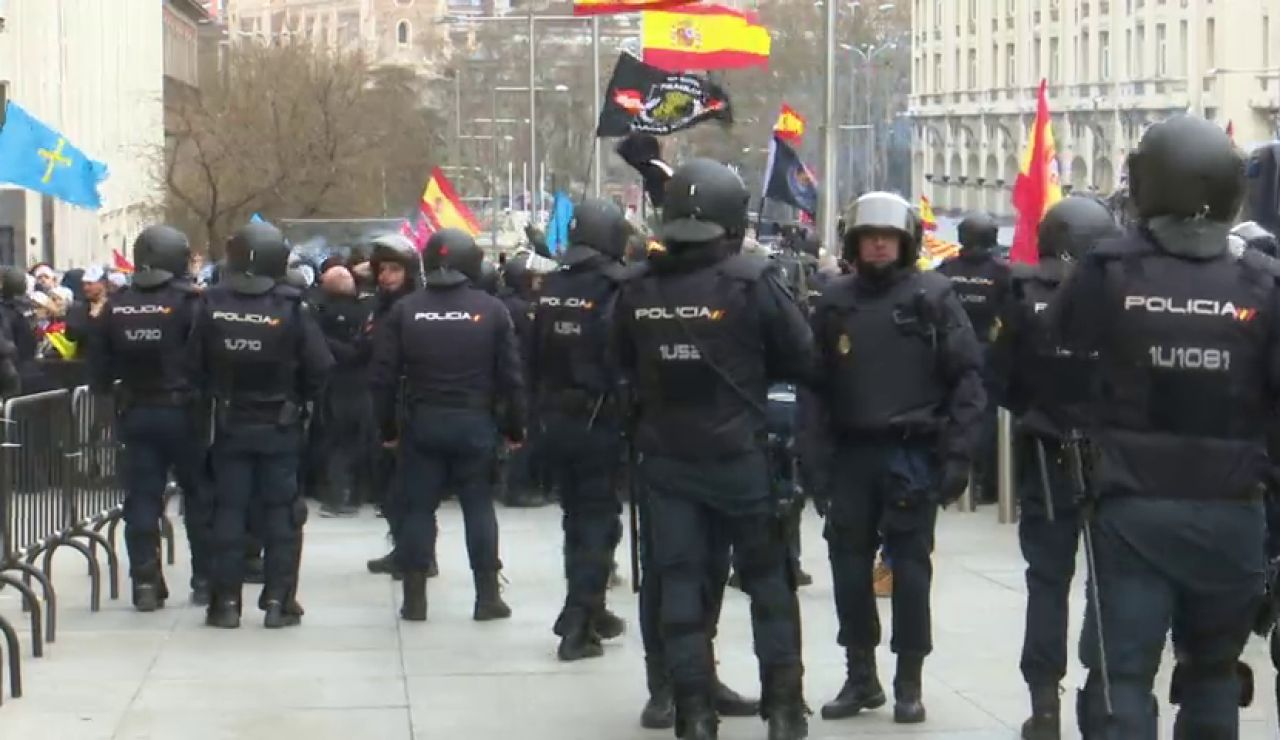 Tensión entre manifestantes de Jusapol y la Policía al romper el cordón de seguridad para entrar en el Congreso