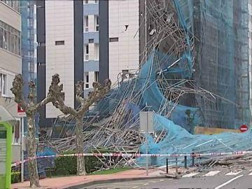 Se desploma el andamio de la fachada de un edificio en Barakaldo