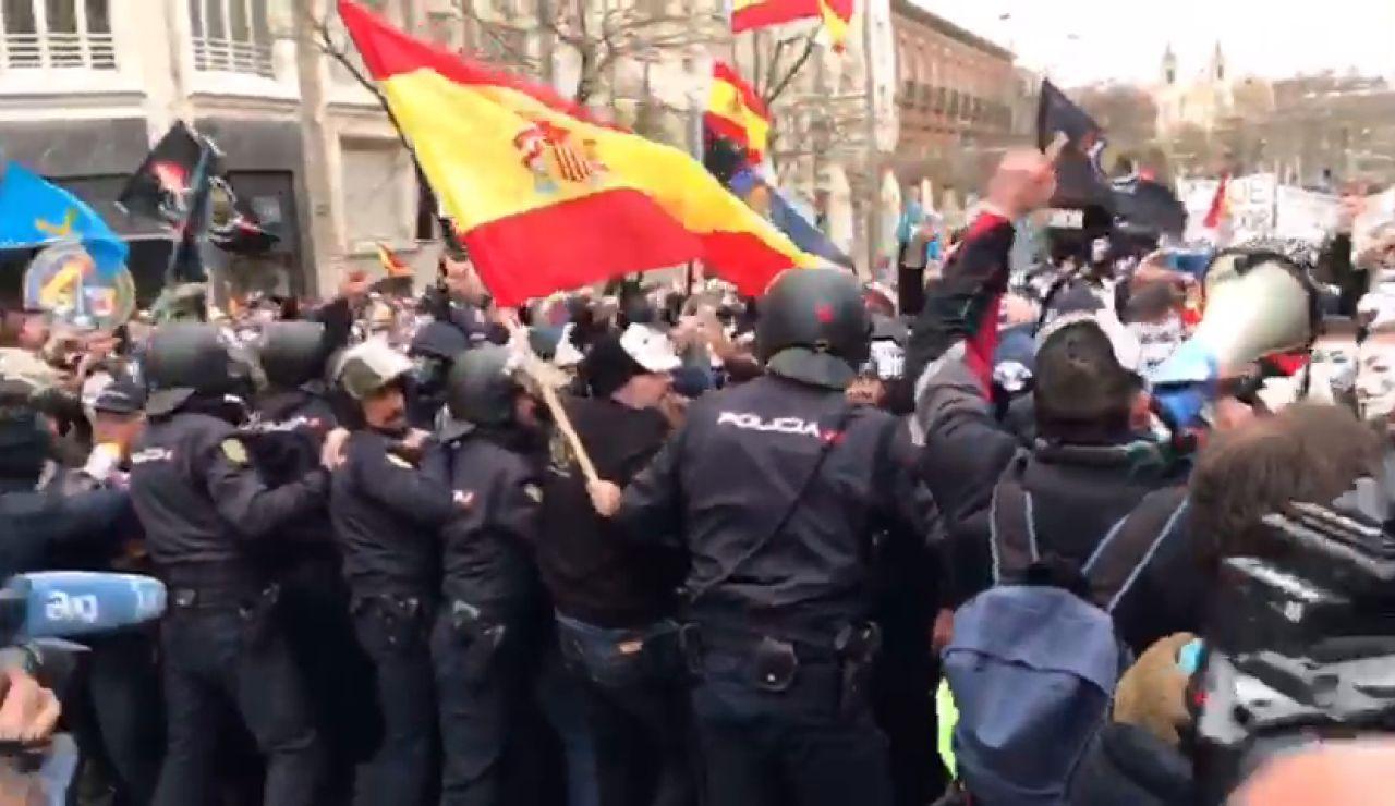 Manifestantes de Jusapol rompen el cordón de seguridad en la protesta por la igualdad salarial frente al Congreso