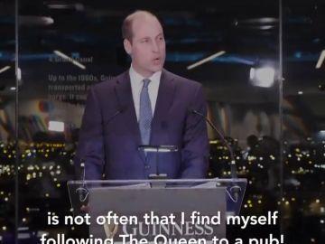 """El príncipe Guillermo en la fábrica de Guinness: """"No acostumbro a seguir a la Reina a los pubs"""""""