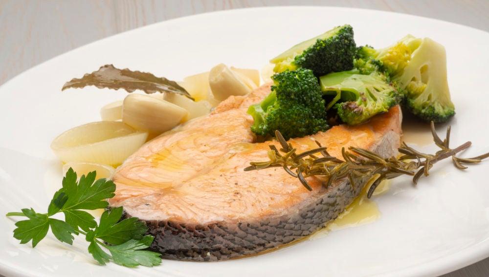 Salmón en escabeche con brócoli salteado