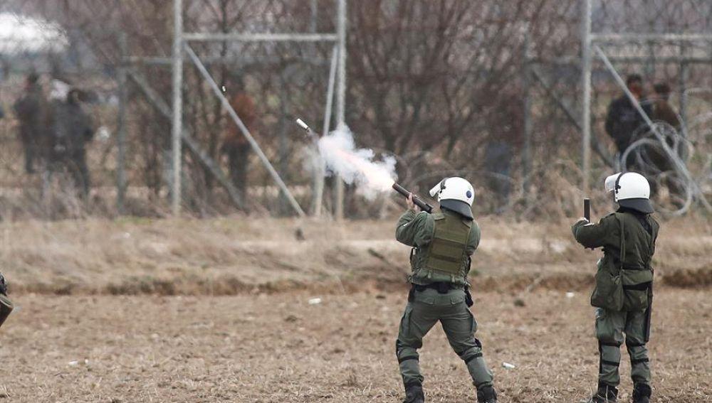 Policías disparan contra un grupo de migrantes