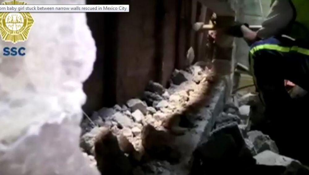 Rescatan a una bebé abandonada entre dos paredes en México