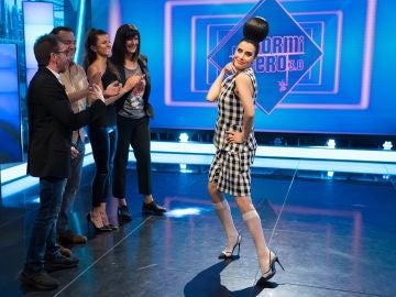 Pilar Rubio se inspira en la moda de primavera para hacer un homenaje al tiempo en 'El Hormiguero 3.0'
