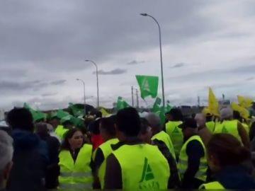 Un millar de tractores corta durante tres horas la A-49 en Huelva