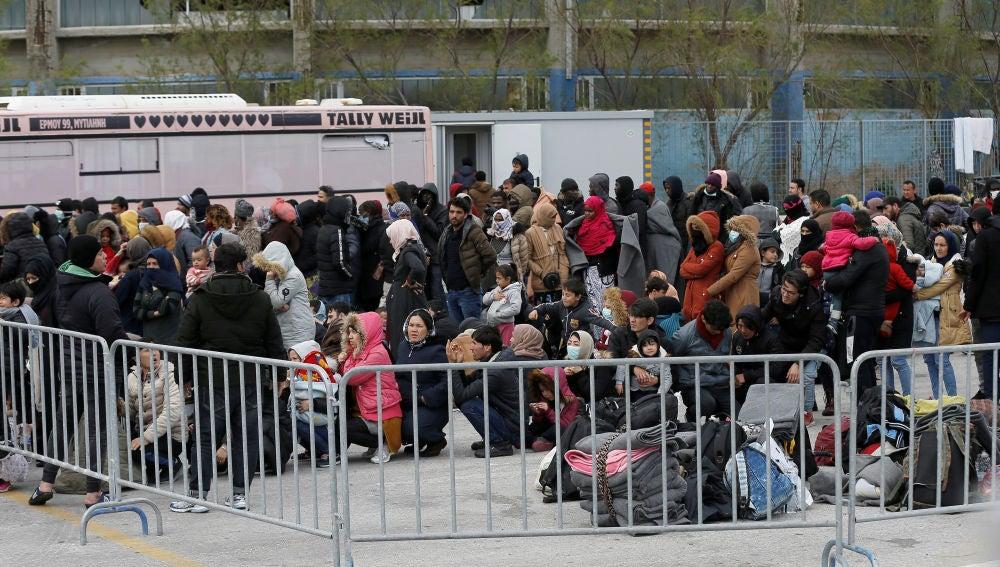 Centenares migrantes esperan para embarcar en un refugio flotante