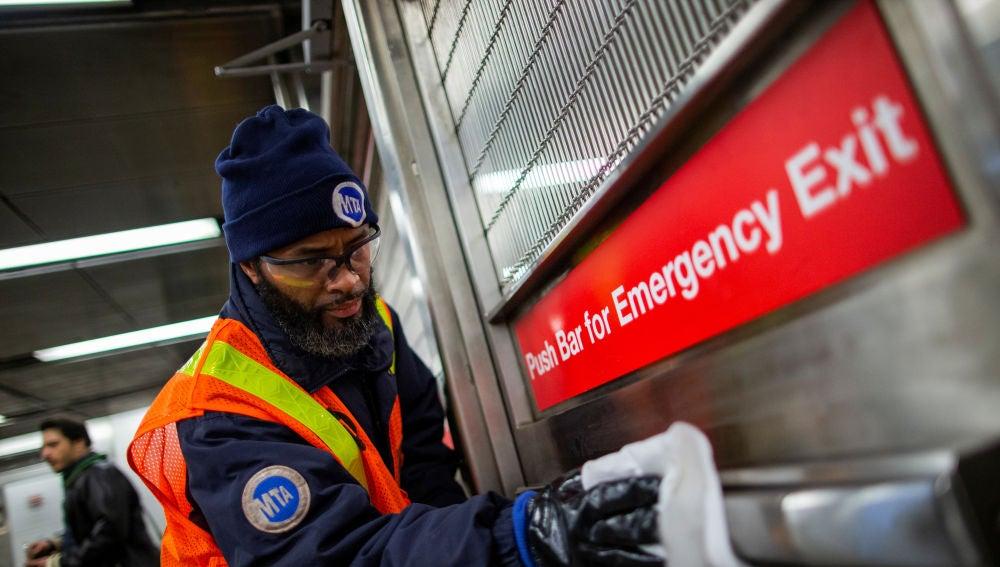Desinfectan metro y taxis en Nueva York para prevenir contagios