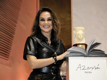 Mónica Carrillo tras recoger el Premio Azorín de Novela 2020.