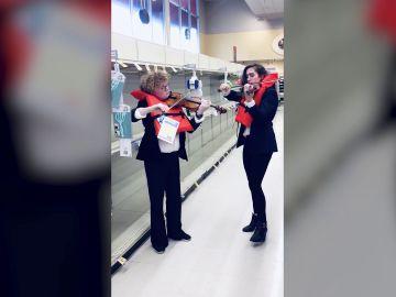 Violinistas en un supermercado